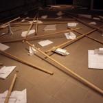 1999 - Sospecha y conspiración. Instalación. Medidas variables.
